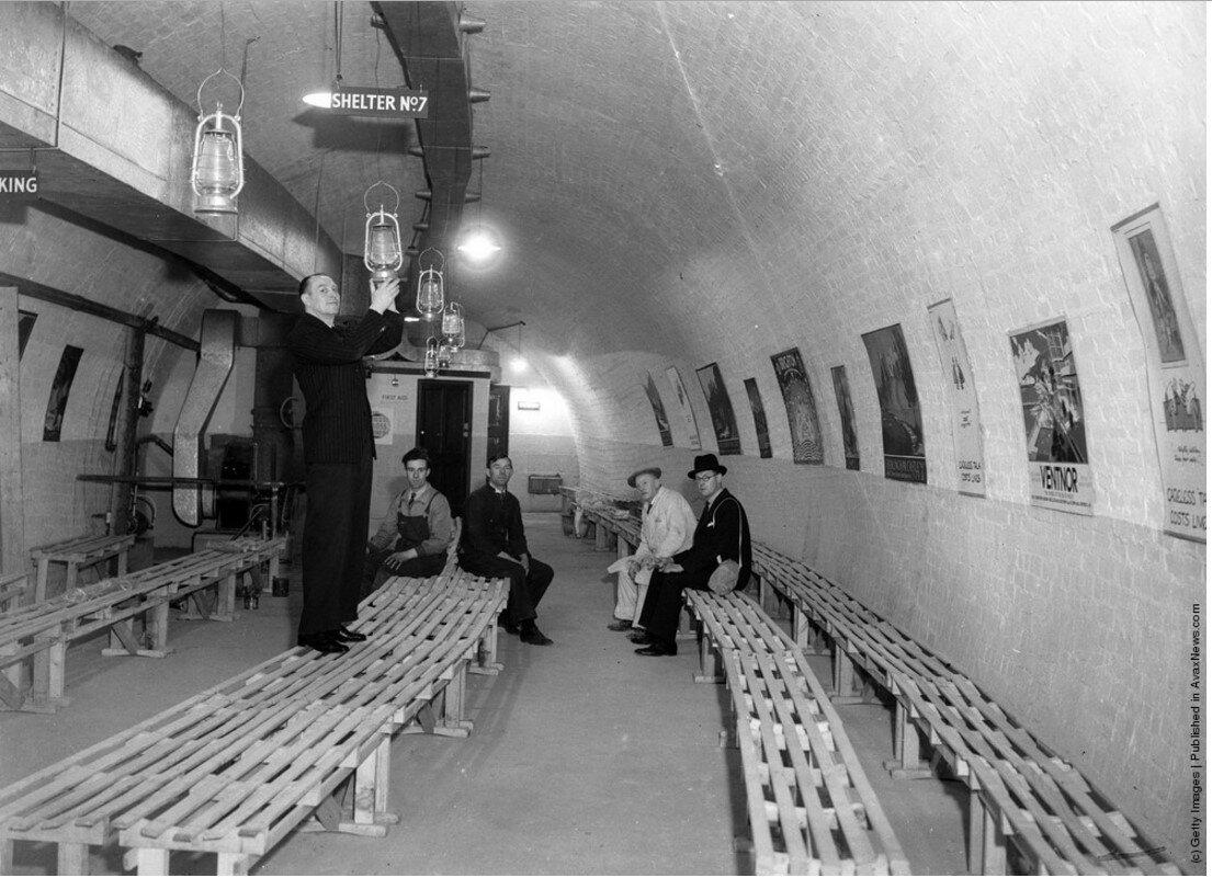 1940. Рабочие приспосабливают станцию метро «Кинг Уильям Стрит» под бомбоубежище, способное вместить 2000 человек. Март