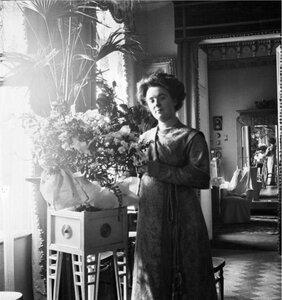 Артистка Вера Шувалова в гостиной