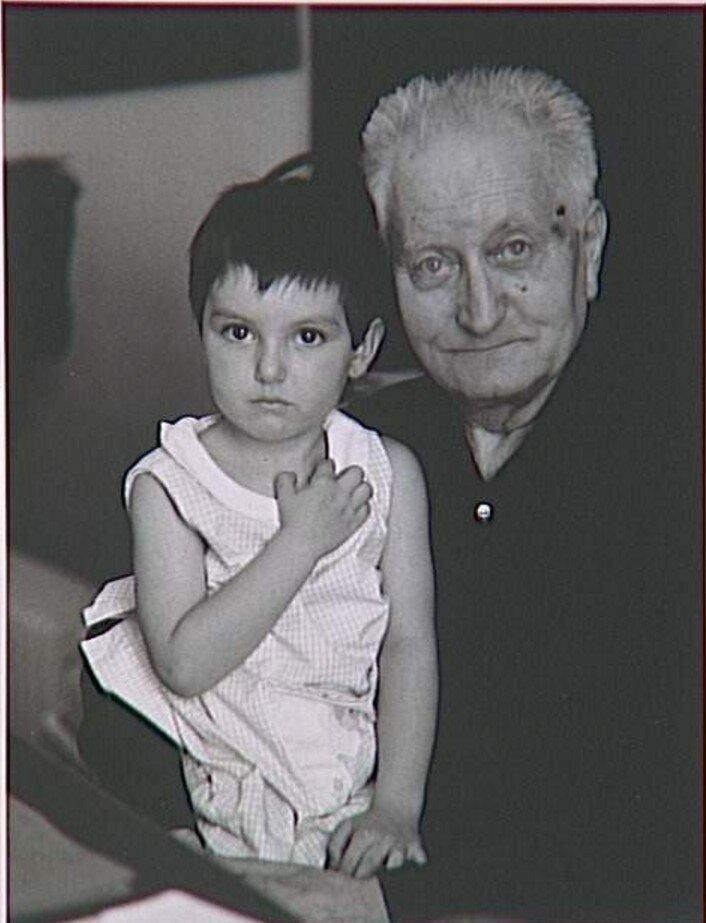 1967. Жан Жионо (писатель) со своей внучкой в Маноске