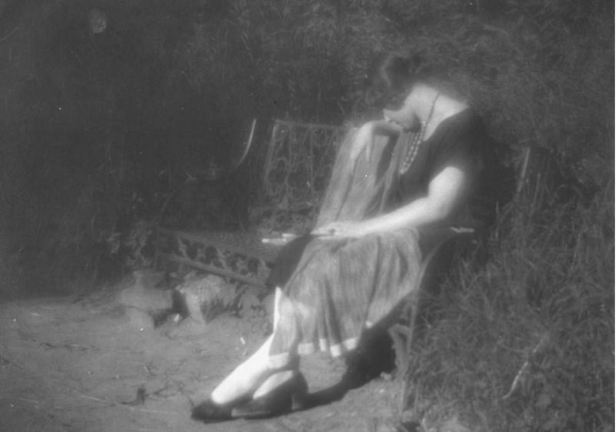 Женщина на садовой скамье