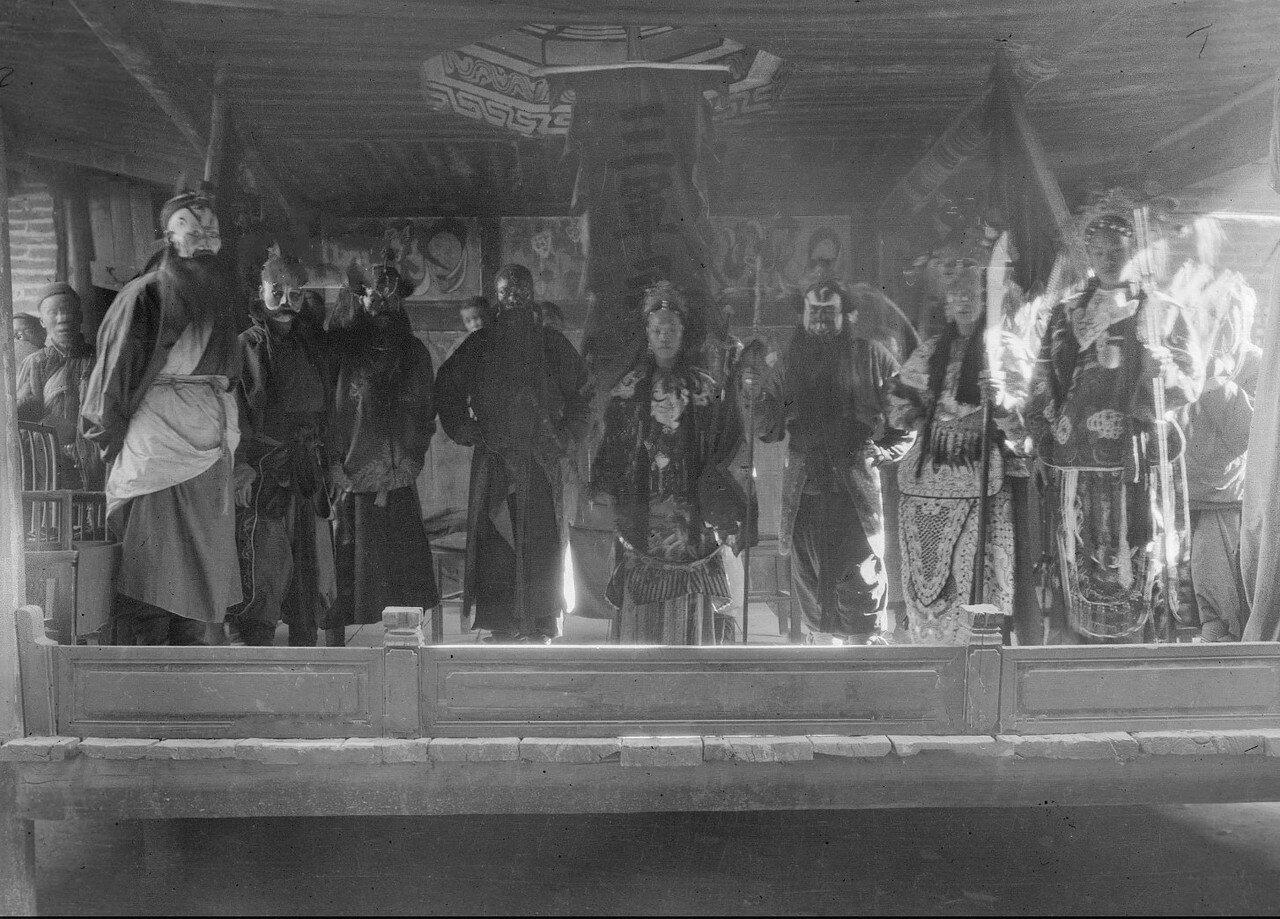 Солдаты показывают праздничный спектакль
