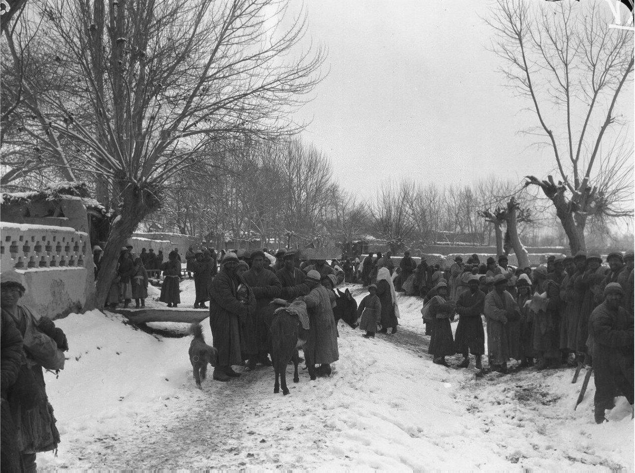 Толпа на заснеженной площади