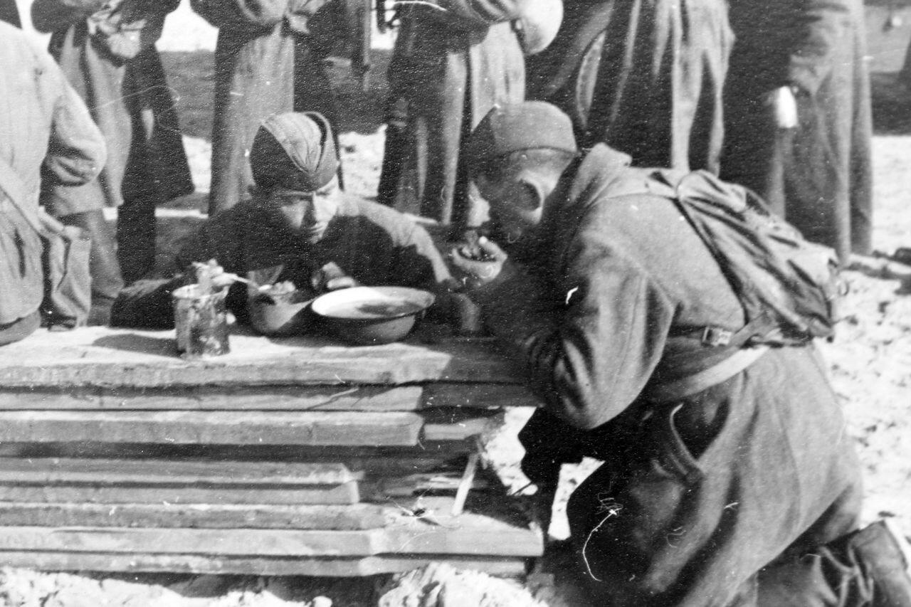 1941. Русские военнопленные за обедом