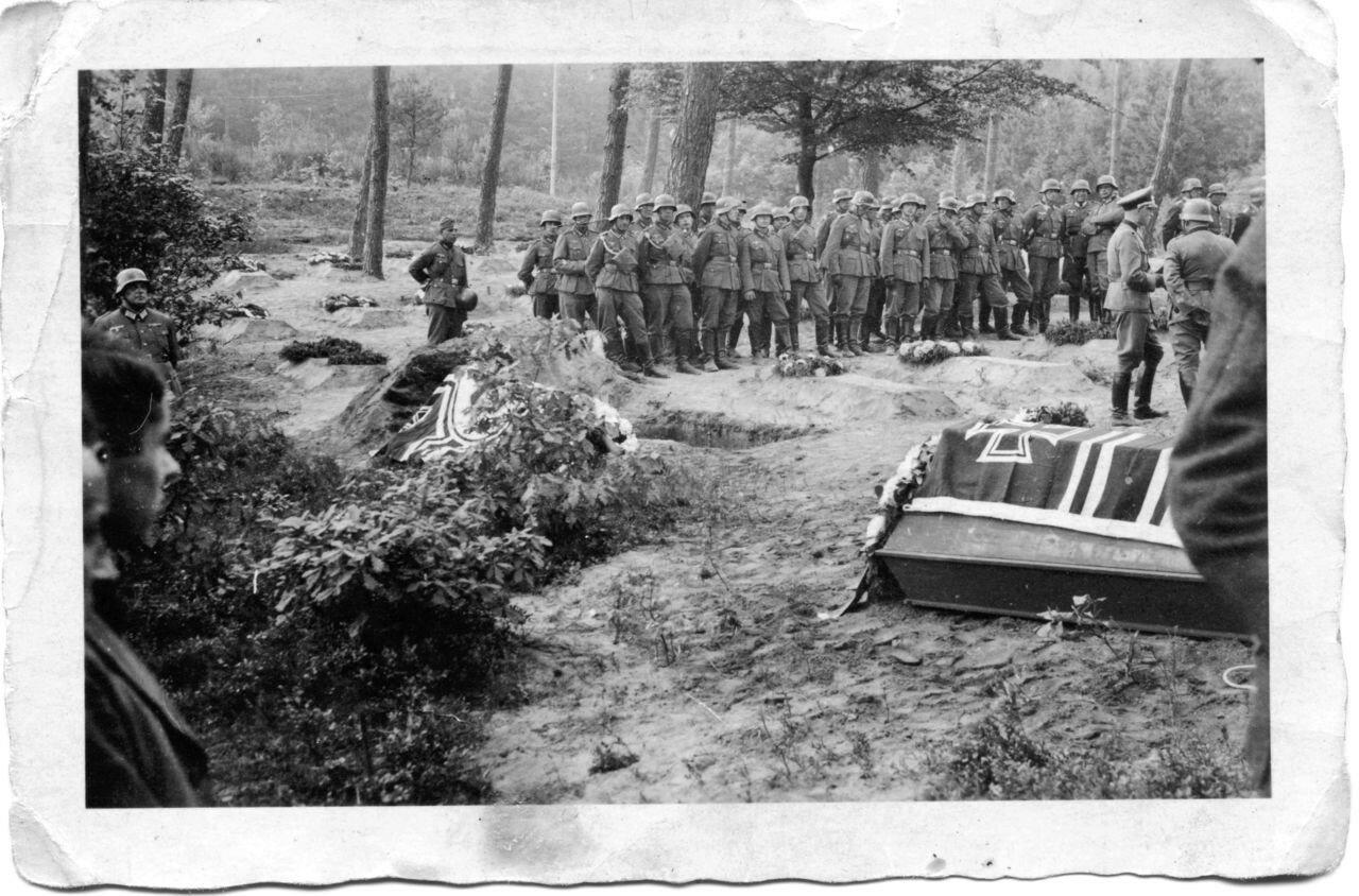 1942. Тверская область, Ржевский район, деревня Дубакино. Захоронение павших немецких солдат