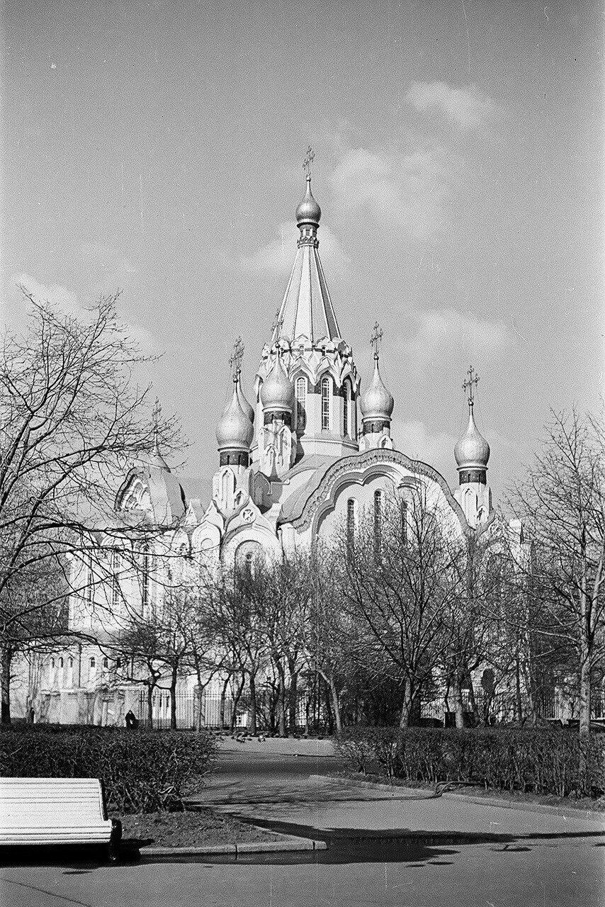 1972. Воскресенский храм. Вид с аллеи от метро