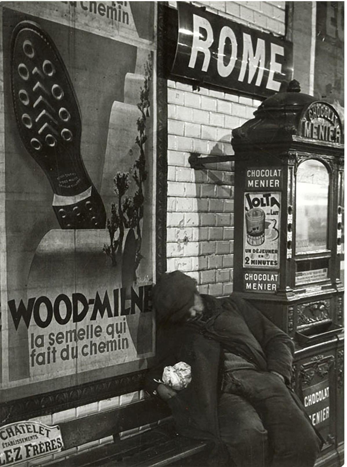 1933. Клошар на станции метро Рим