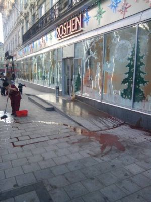 Во Львове участники акции в поддержку'узников режима наведались в магазин Порошенко