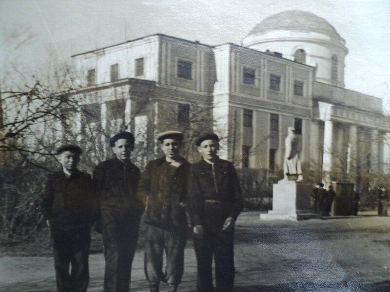 Памятник у Никольского собора.jpg