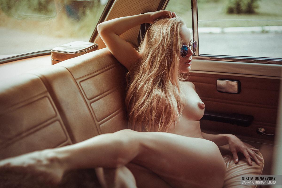 Girl & Classic Russian Car / Nikita Dunaevsky