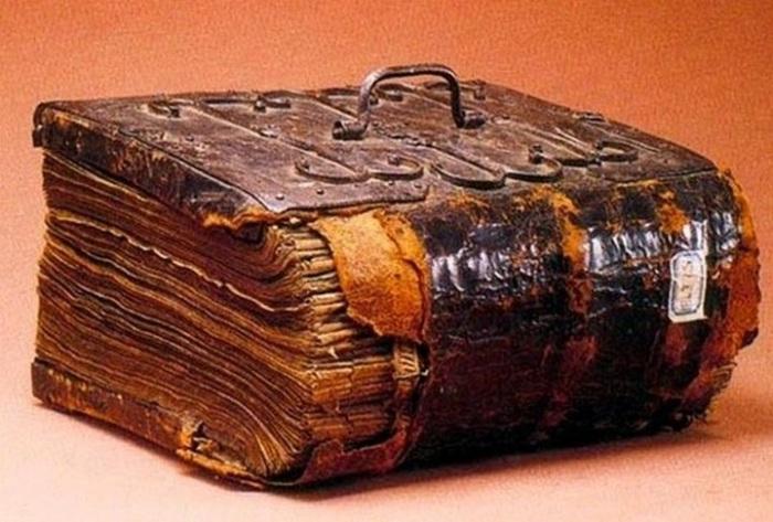 Древний рукописный фолиант.  Не только в Европе увлекались чтением оккультных книг, на Руси