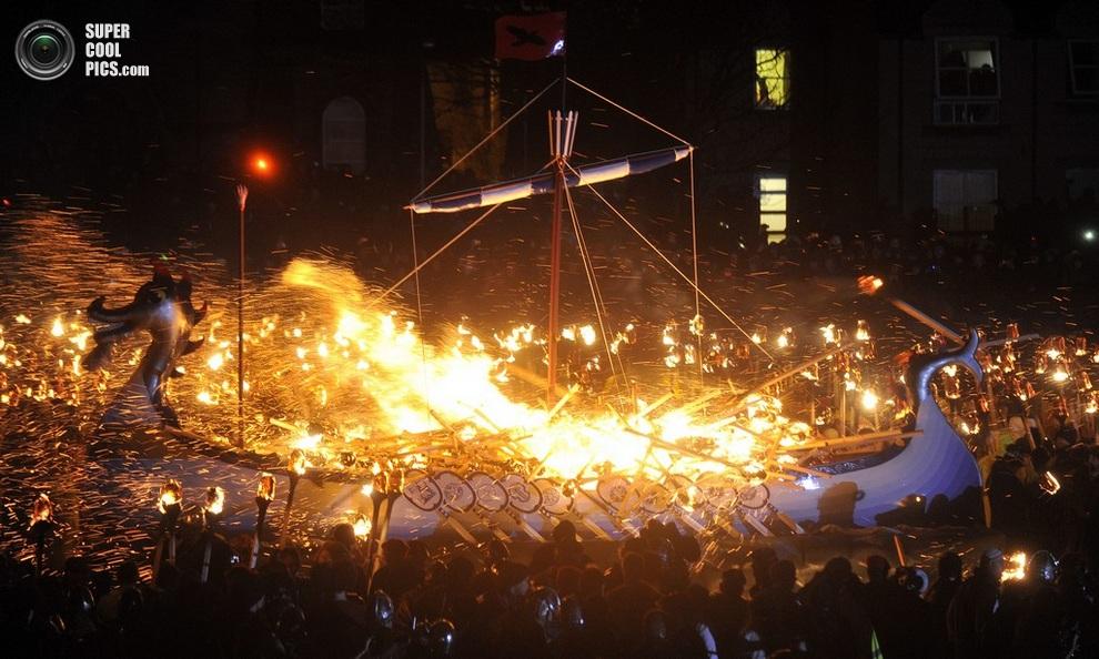 Огонь пожирает драккар как символ того, что викинги остаются здесь жить. (ANDY BUCHANAN/AFP/Gett