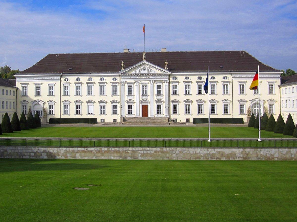 Дворец Бельвю в неоклассическом стиле в Берлине — официальная резиденция президента Германии с 1994