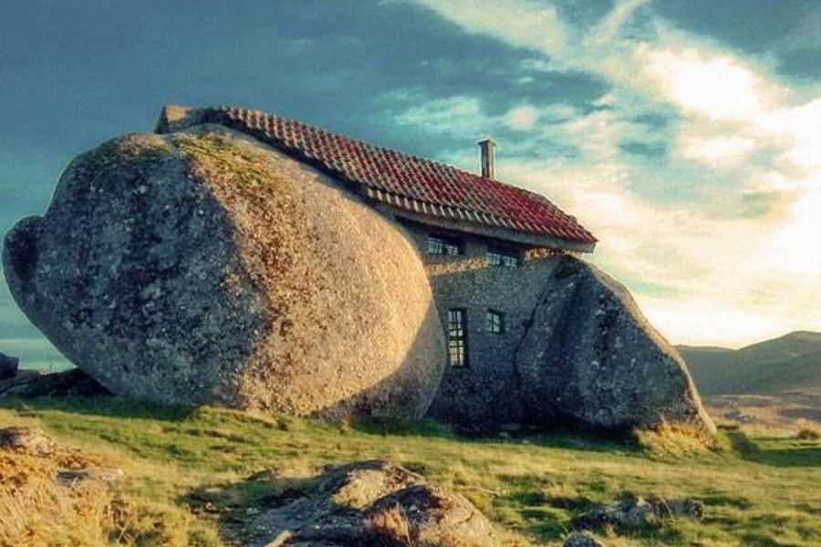 Около ста лет назад, предприимчивый португалец, имя которого неизвестно, построил дом между двумя ог