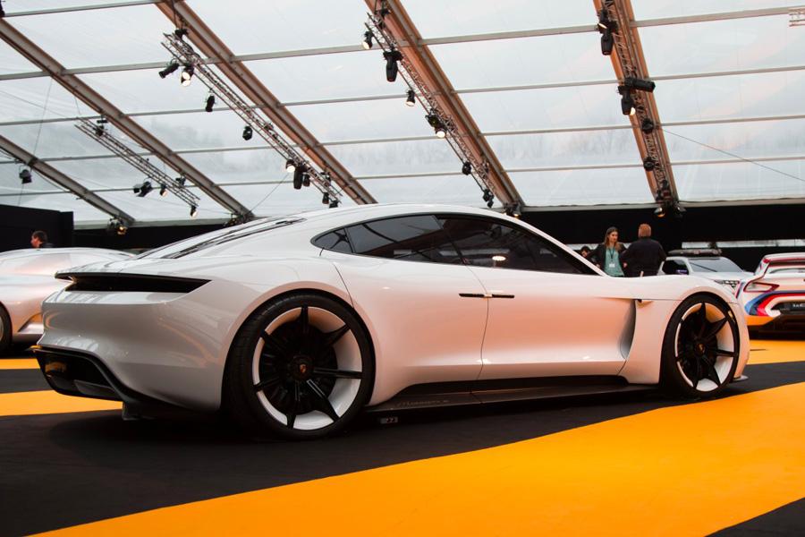 Porsche также представила впечатляющий электрический концепт-кар, который планируется отправить в се