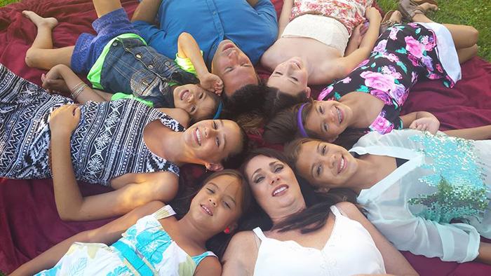 Американка удочерила четырех дочерей своей подруги после того, как та умерла от рака мозга (10 фото)