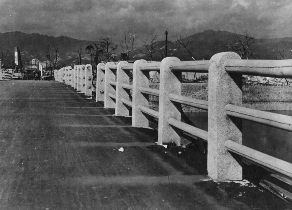 12. Мост через реку Ота в 880 метрах от гипоцентра взрыва над Хиросимой. Заметьте, как сгорела дорог