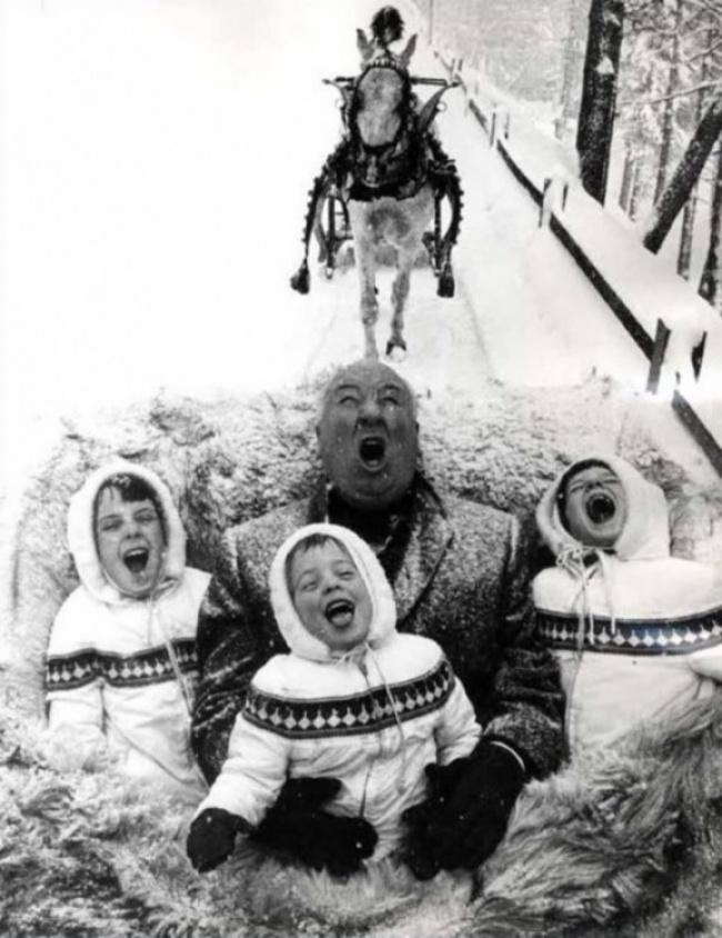 Альфред Хичкок играет с внуками, 1960 год.