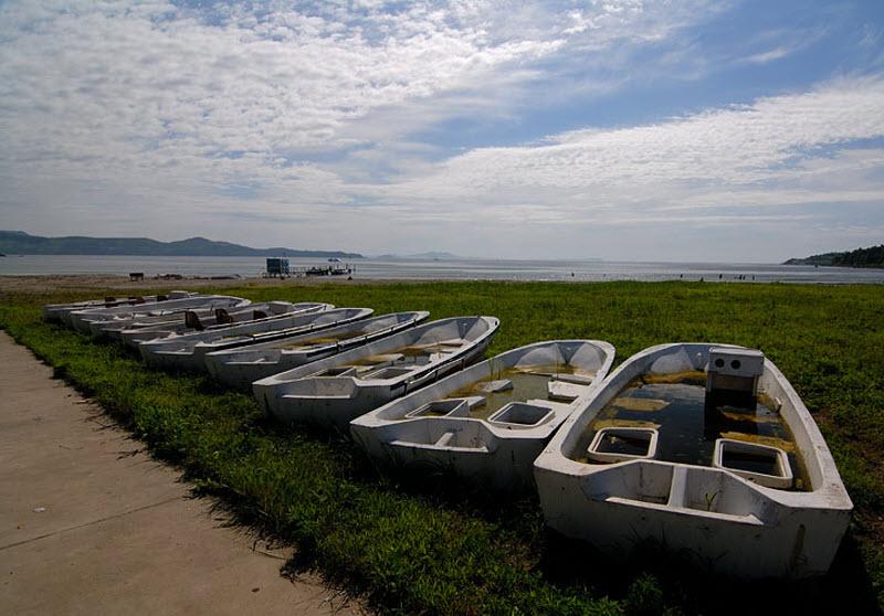 28. Лодки, вероятно для катания туристов. Наполнены тухлой водой источающей ужасающее зловоние на со