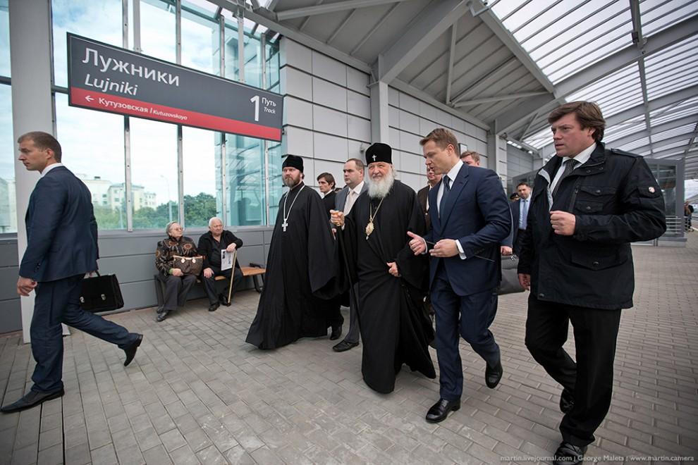 Ближе к двум часам дня, довольно внезапно для прессы и блогеров, появился патриарх Кирилл. Вместе с