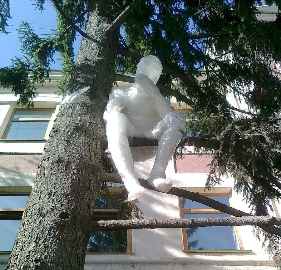 Сделать из скотча нестандартные скульптуры В наши дни художники часто применяют скотч именно для это