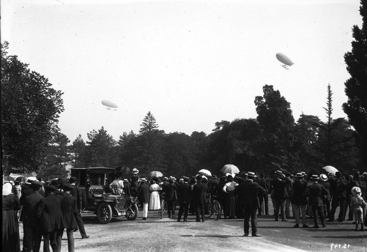 1911. Толпа следит за полетом дирижаблей