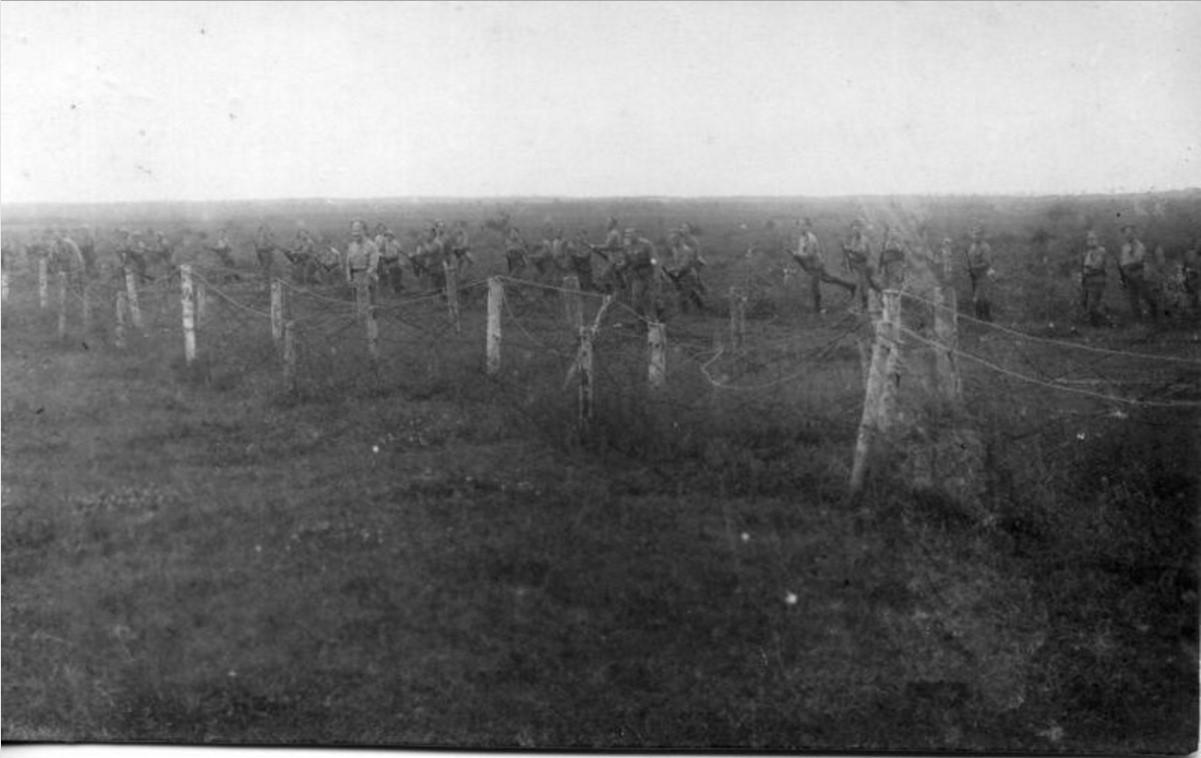 1915. Военные идут в атаку