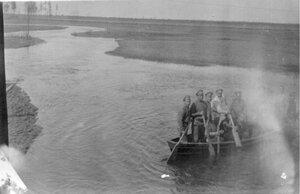 1915. Военные на реке