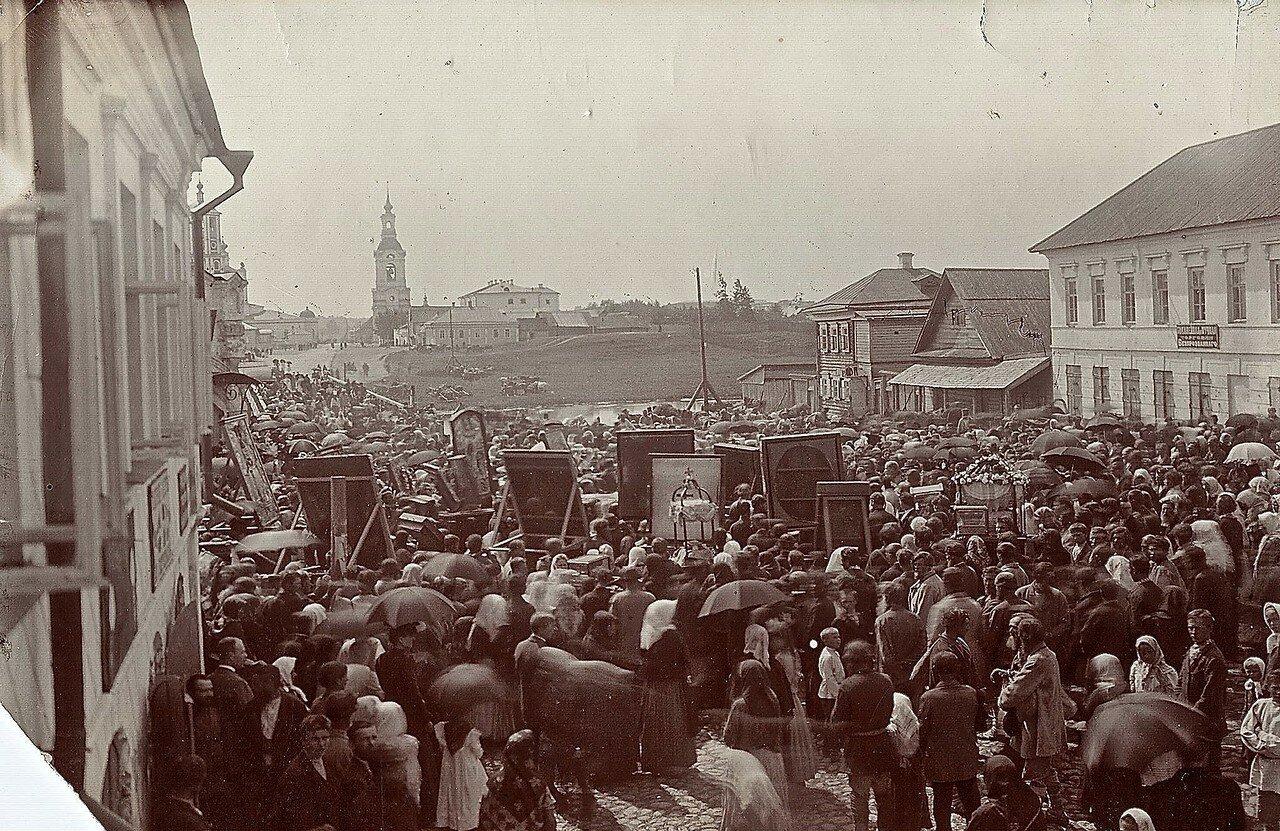 Вид с площади на Красный вал
