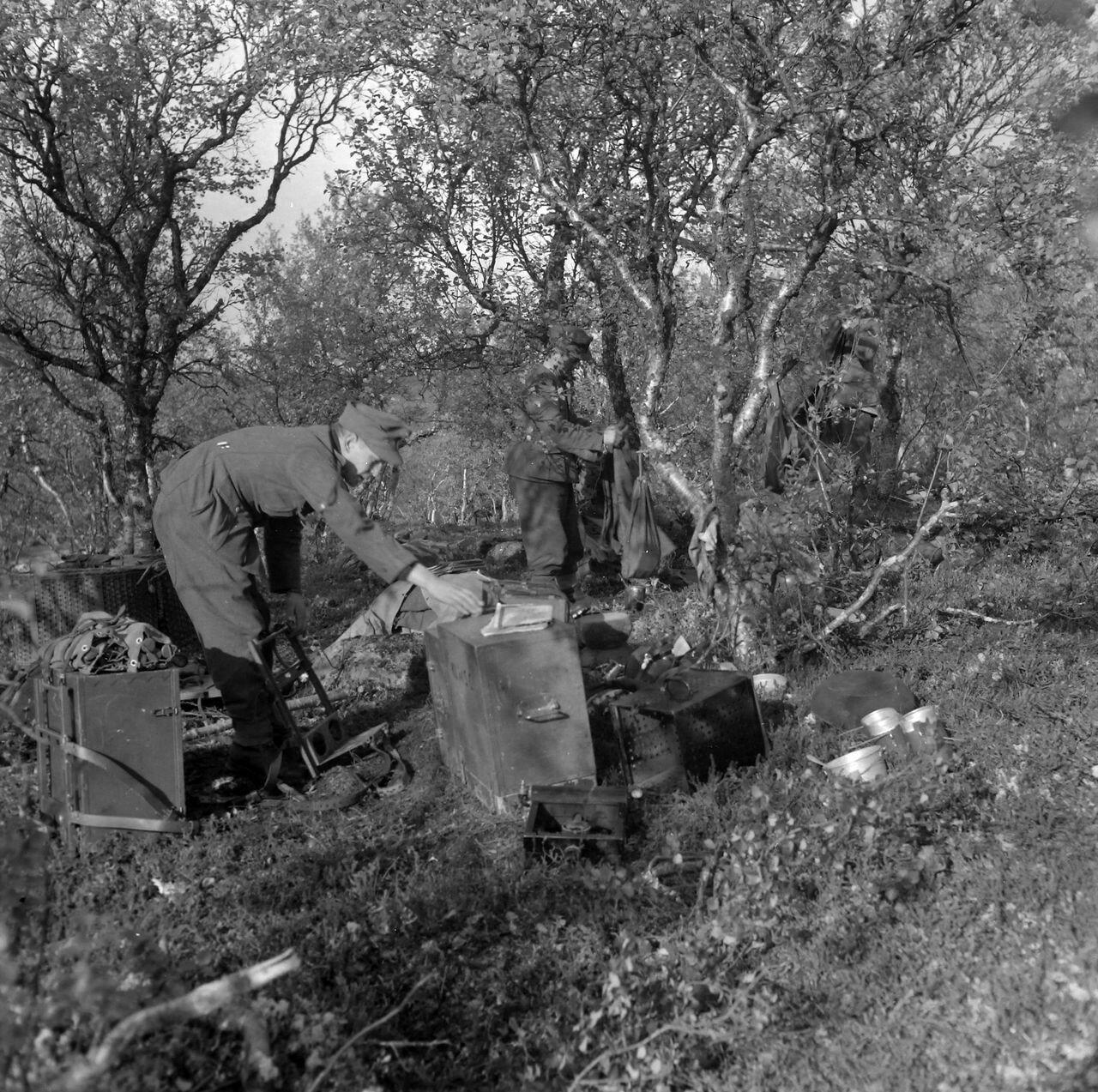 Два солдата распределяют багаж