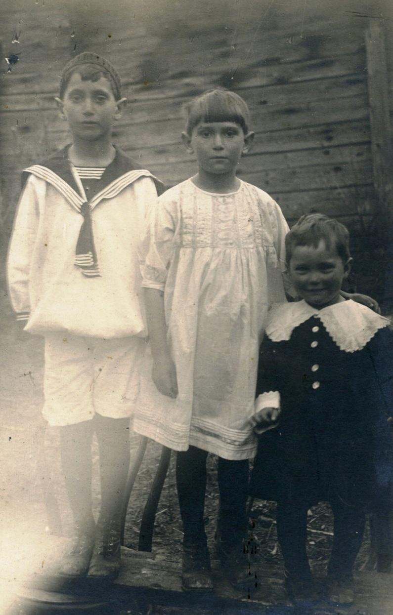 Портрет детей у стены дома. 1910-е