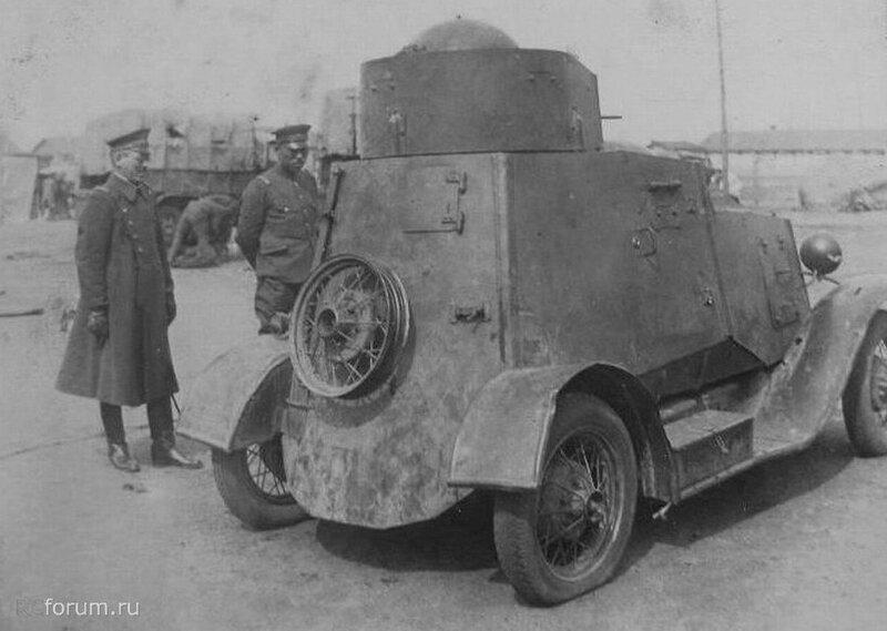 Японские офицеры осматривают захваченный б/а ФАИ.