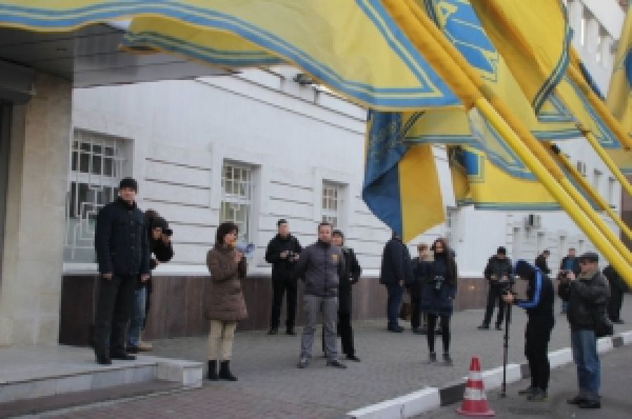 """В Херсоне ПС и ГК """"Азов"""" пикетировали полицию и прокуратуру"""