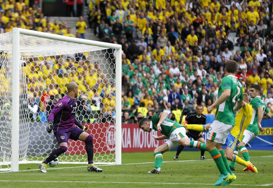 Киран Кларк забивает мяч в свои ворота.jpg