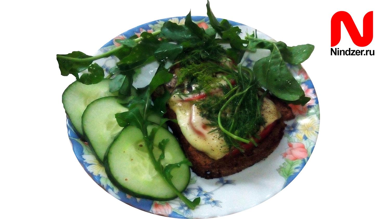 Бутерброд с помидором, сыром и зеленью