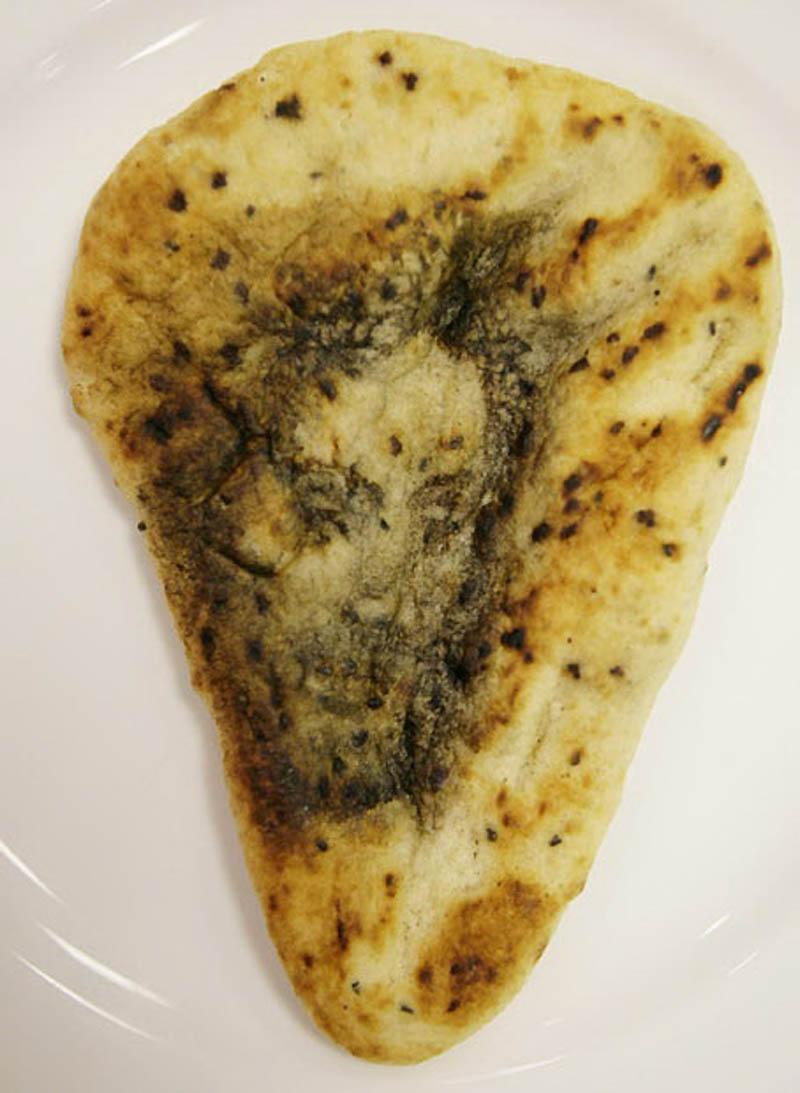 5. Священный хлеб: 34-летний Дэвид Хаулетт, посетитель индийского ресторана в Эшере, Суррей, удивилс