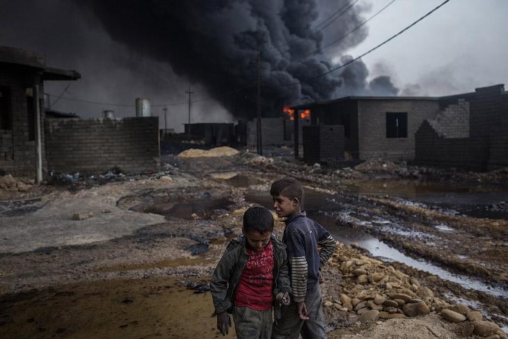 2. Разлитая нефть возле жилых зданий. (Фото Alaa Al-Marjani | Reuters):