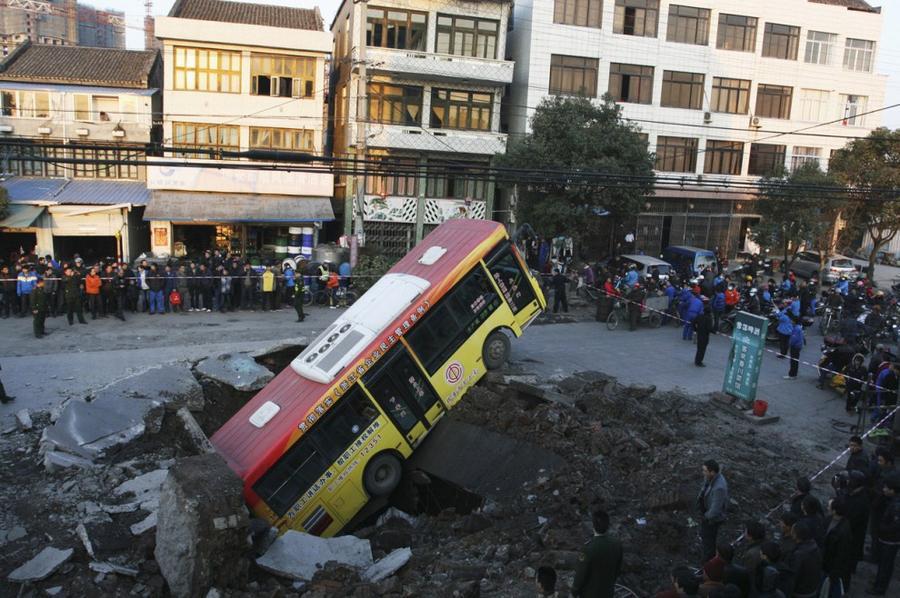 12. В результате подземного взрыва в городе Rui`an в провинции Чжэцзян, Китай, в январе 2011 года об