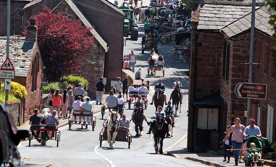 Во многих других городах мира подобное скопление лошадей на проезжей части вызвало бы удивление, но