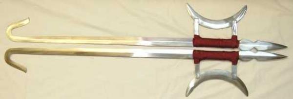 Такие изогнутые мечи носили в Китае монахи Шаолиня. Эти красивые клинки были выкованы в форме крюка,