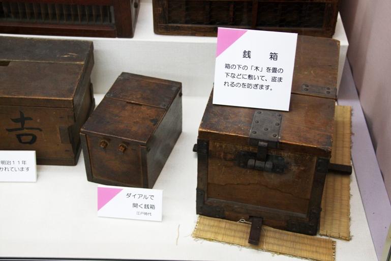 Один из первых деревянных сейфов сохранился до сих пор. В английском соборе Чичестер. Это двухметров