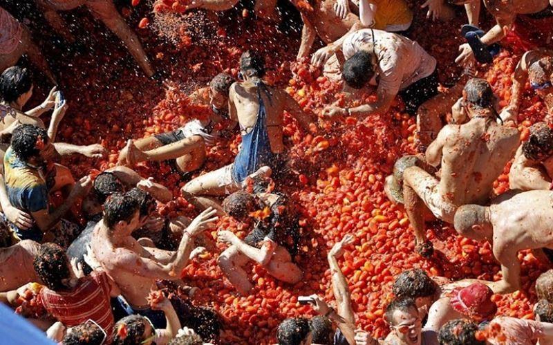 Как прошел традиционный фестиваль ЛаТоматина— Томатные брызги