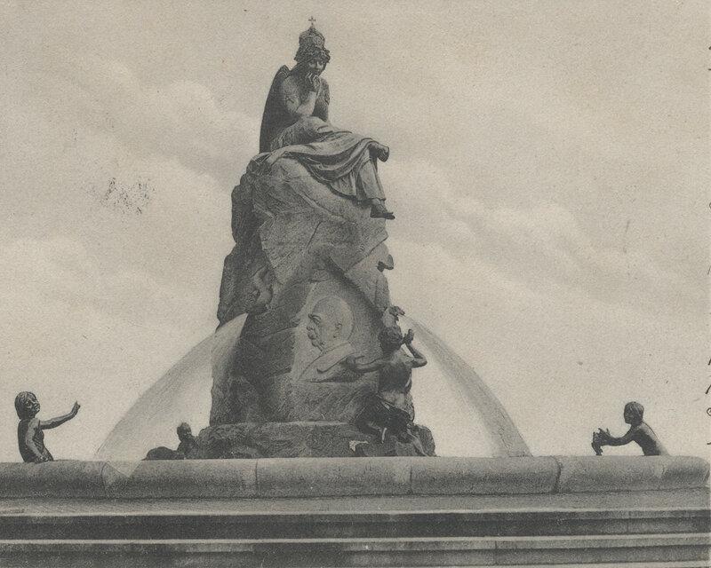 Der Bismarckbrunnen mit der thronenden Germania und dem Bismarck-Relief von Vorderseite, 1906