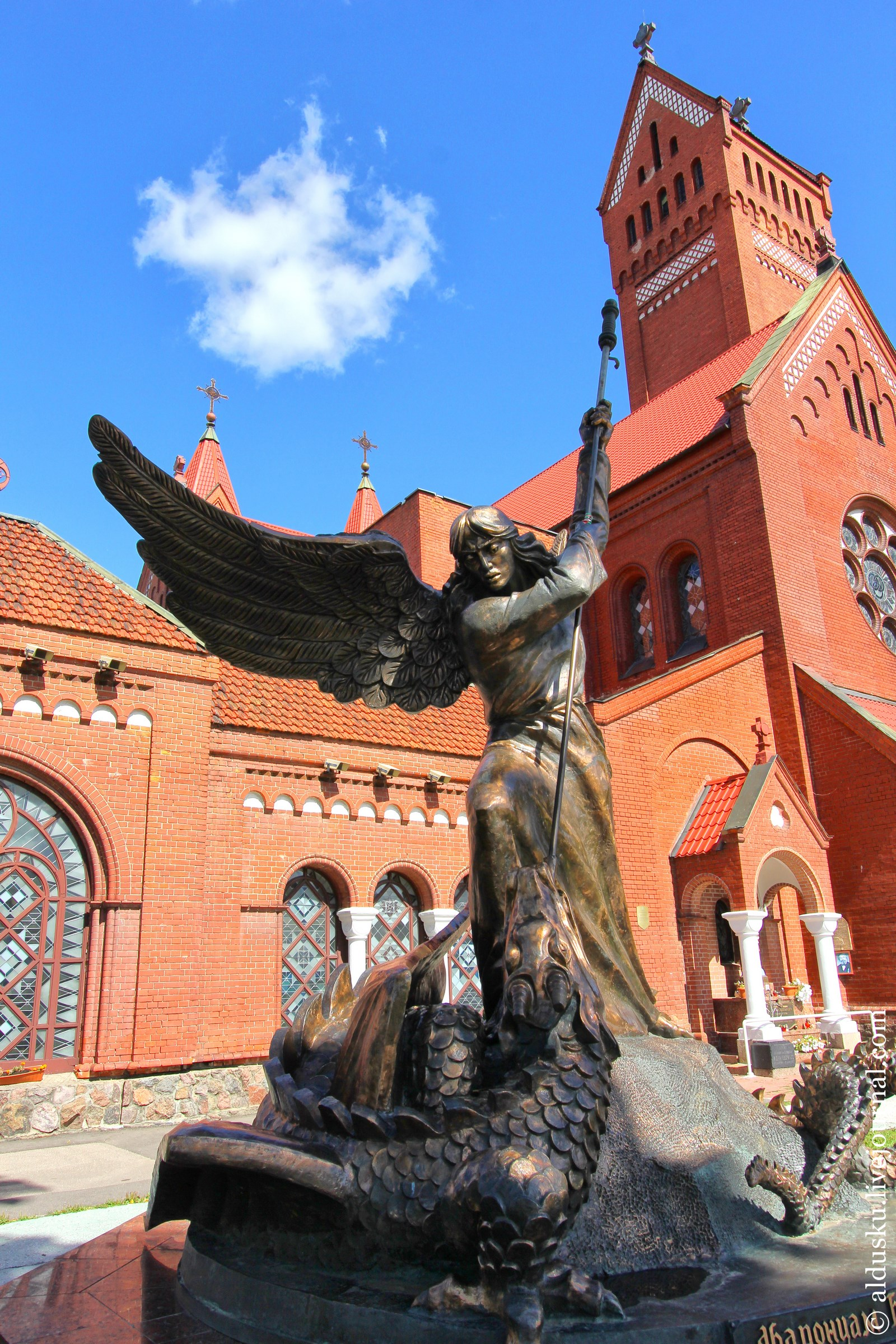 Памятник Архангелу Михаилу возле костела Святых Симеона и Елены