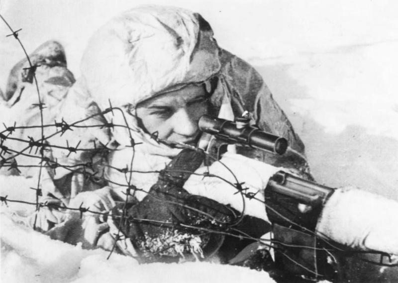 Снайпер сержант Жидков с  СВТ-40 на позиции.jpg