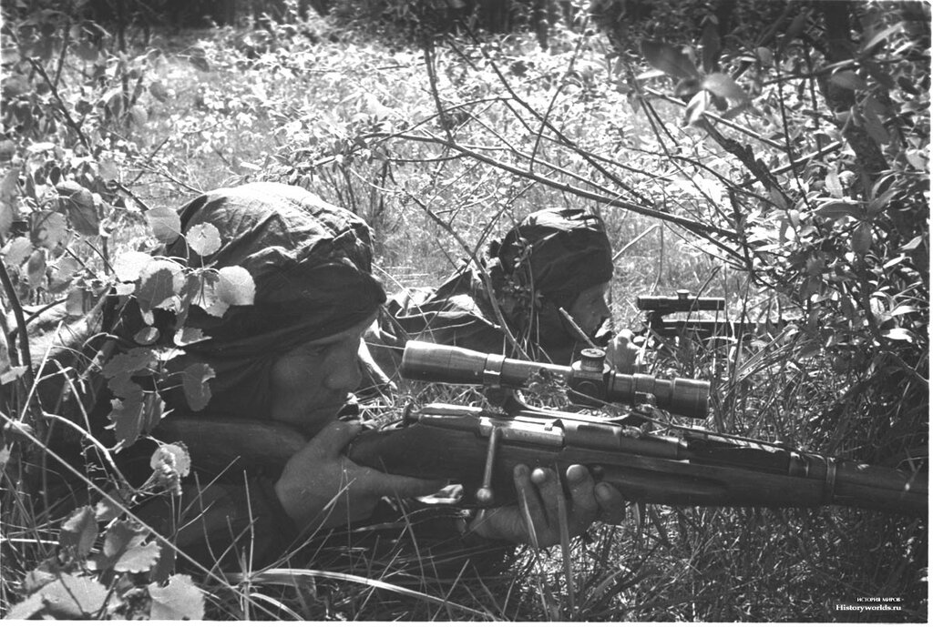 Советские снайперы отрабатывают действия в засаде.jpg