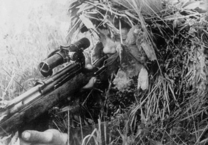 Советский снайпер с СВТ-40 на позиции на Волховском фронте.jpg