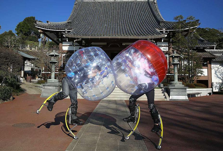 странные виды спорта - борьба в виниловых шарах, с ходулями на ногах