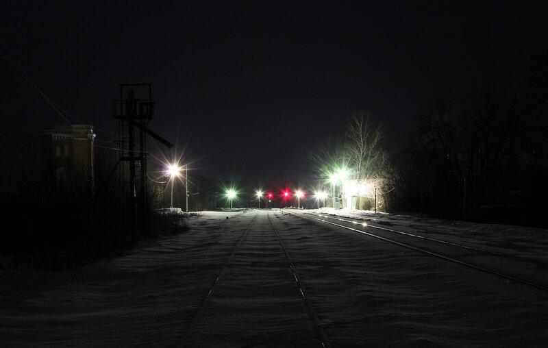 Ночь на станции Высокое, вид на платформу, чётные прожекторные выходные светофоры, водонапорку и Торжок