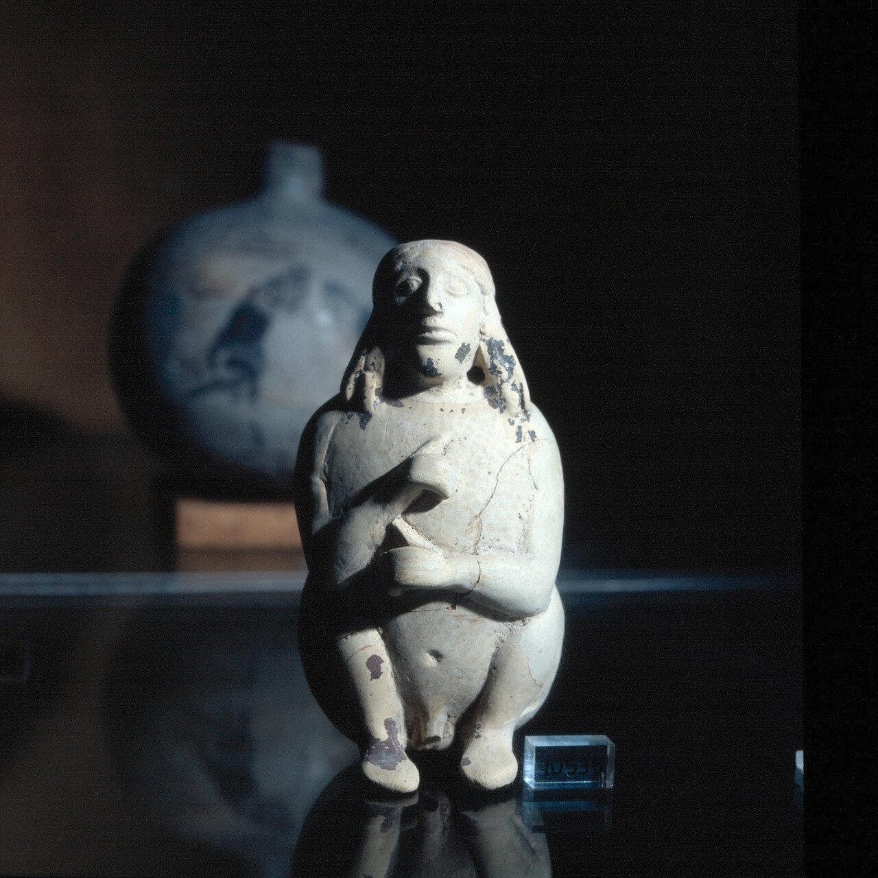Самос. Археологический музей Вати. Малый бальзамарий в виде человеческой фигуры. VI в. до н.э.
