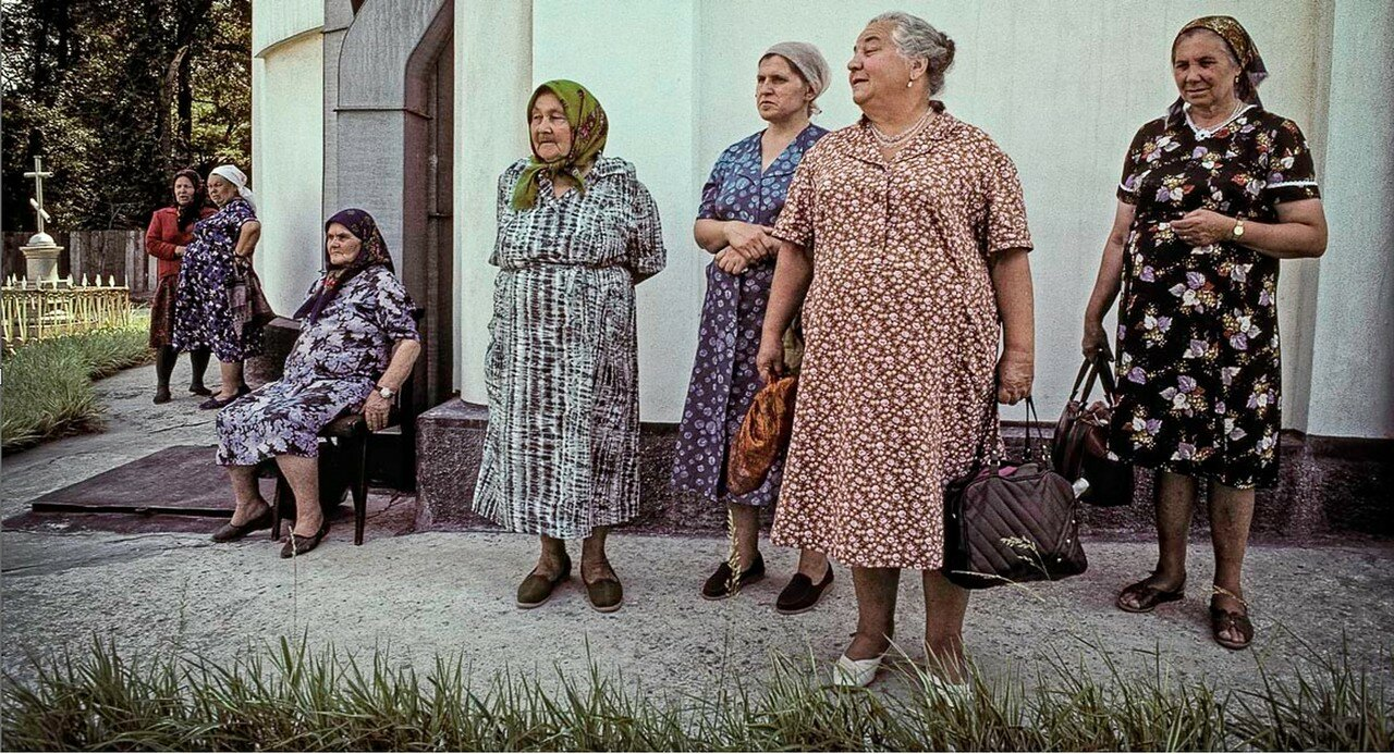Пожилые женщины возле церкви
